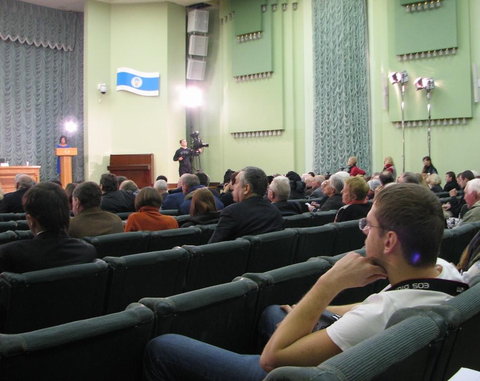 Черги до мікрофонів у залі