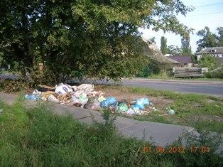 ДВРЗ, сміття біля приватних будинків на вулиці Алма-Атинській