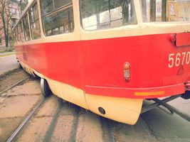 На Алма-Атинській трамвай зійшов з рейок