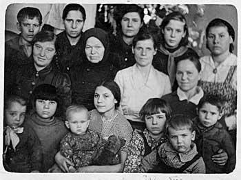 Трирічний Боря Токарчук - на передньому плані справа (на руках у сестри), його мати - в останньому ряду по центру