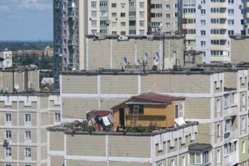 На крышах многоэтажек киевляне строят дачи