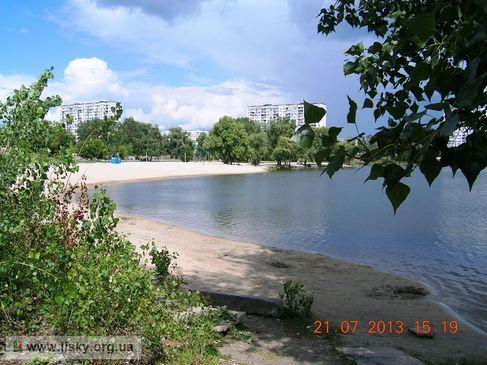 Озеро Тельбин. Одне з дерев у центрі - верба Віктора Цоя