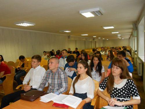 Студенти слухають вірші Довбні