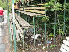 Руины стадиона Арсенал. От трибун давно ничего не осталось.Теперь вместо них вот такие скамейки, на которых население в основном употребляет горячительные напитки, любуясь здешними «красотами».