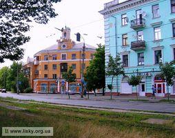ДВРЗ, будинки №97/1 (на задньому плані) та №99/2 по вулиці Алма-Атинській