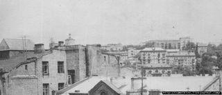 А вот вид с улицы Шота Руставэли. 60-е. Фрагмент аматорского снимка, публикуется впервые.  Других старых кадров с домом найти не удалось.