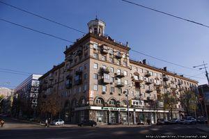 ул. Димитрова, 7. Угол улицы Красноармейской. Полагаю, строился как жилой дом какого-то из окрестных предприятий.