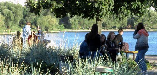 Молодь на березі озера Тельбин