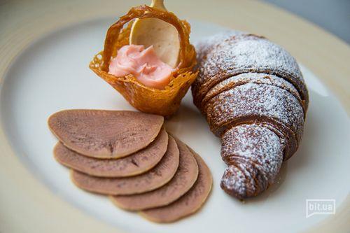 Круаcсан шоколадный с сыром D'or Blue, языком и малиновым майонезом — 40 грн.