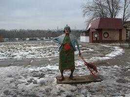 Русанівська бабуся з кравчучкою на фоні Лаврської дзвіниці