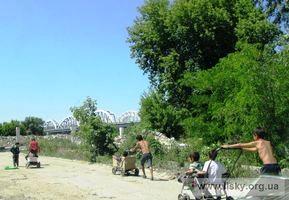Ромські діти поблизу платформи Лівий Берег на Березняках