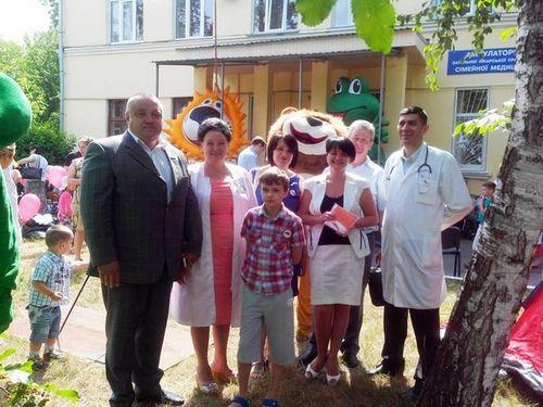 Депутат Київради Олександр Міщенко біля сімейної амбулаторії на Рогозівській