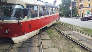 На ДВРЗ сошёл с рельсов трамвай