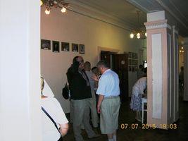 Автор Борис Гуменюк (зліва) розмовляє з глядачем