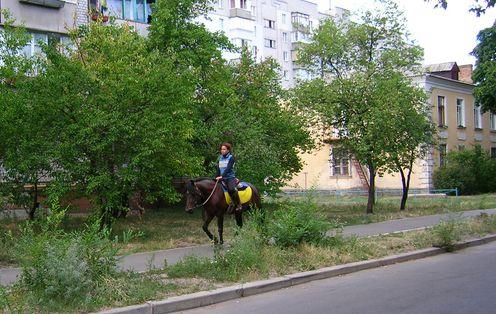 Всадница на улице Лазо, местность ДВРЗ, Киев