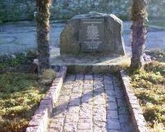 Памятник 'Они были артековцами'