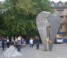 Памятник возле метро Кловская в Киеве