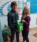 Сайт подарував голосіївським студентам контейнер для збору батарейок