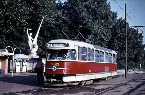 Червень 1961 року. Трамвай №28 біля станції метро Дніпро