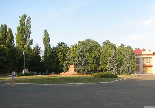Постамент біля заводу на ДВРЗ. Серпень 2015 року