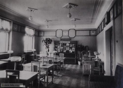 Такий вигляд мав читальний зал бібліотеки у 1954 році