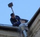 В Киеве чистят крыши ото льда и снега