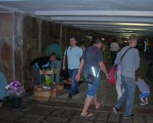 Подземный переход возле станции метро Дружбы Народов в Киеве. Проход опять занят
