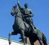 Памятник Щорсу запнули від вандалів полотнищем