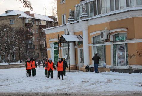Дворники возле дома №97/1 по улице Алма-Атинской на ДВРЗ