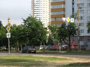 На перехресті Тичини-Шумського встановлено нові дорожні знаки