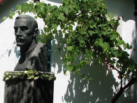 Бюст письменника перед Будинком-музеєм Гріна в місті Старий Крим