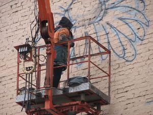 На будинку Печерського управління поліції малюють мурал