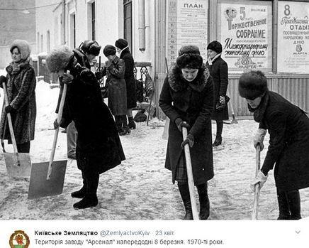 Працівники Будинку культури прибирають сніг