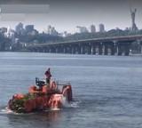 Водний трактор розчищав Дніпро біля Березняків