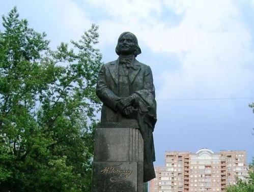 Памятник Гоголю на Русановской набережной в Киеве