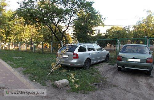 Кияни нагадують водіям про недопустимість паркування на газонах