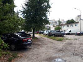 Стоянка автомобілів у колишньому дитсадку на Березняках