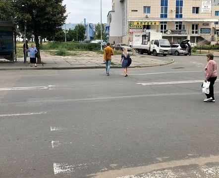 Кияни власним коштом відновили розмітку пішохідного переходу