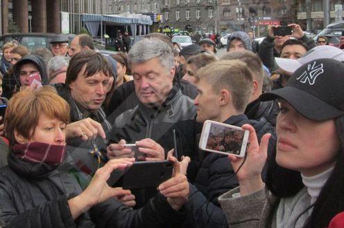 Президент України Петро Порошенко серед учасників віче