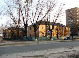Шостий клуб ДВРЗ (будинок на задньому плані, фото 2012 року)