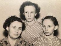 Ольга Минівна Москаленко з донечками - Людмилою (у центрі) та Світланою, 1958 рік