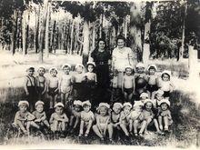Виховательки з дітьми на прогулянці. Ольга Минівна в одязі світлого кольору. 1951 рік