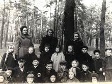 Посередині завідувачка, по боках виховательки. 1952 рік