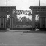 Фото 1950-х років: вхід на стадіон ДВРЗ
