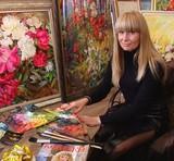 Полтавка Юлія Бала зображує квіти на двометрових картинах