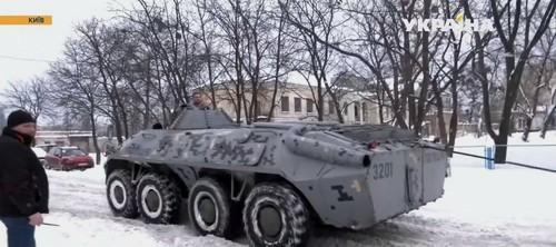 У Києві вантажівка застрягла в снігу: витягали за допомогою БТР