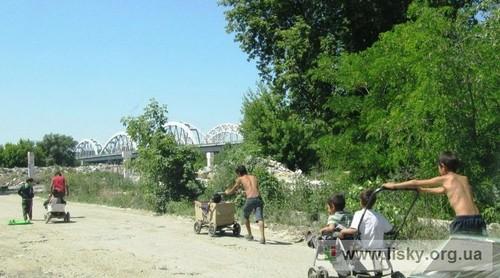 Ромські діти біля озера Нижній Тельбин поряд з житловим масивом Березняки