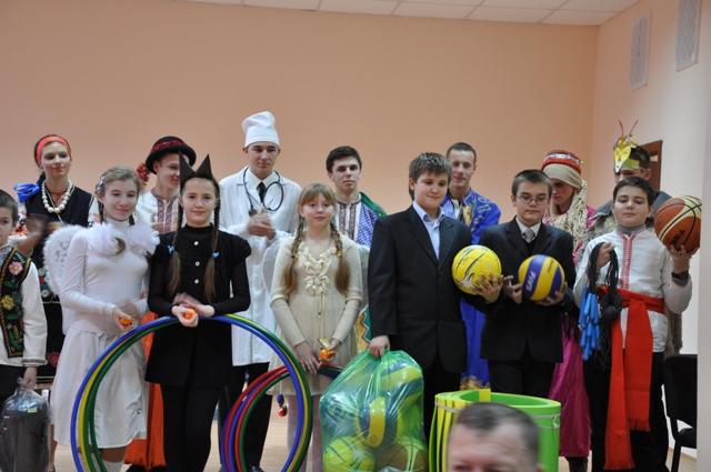 Школярі з подарованим інвентарем