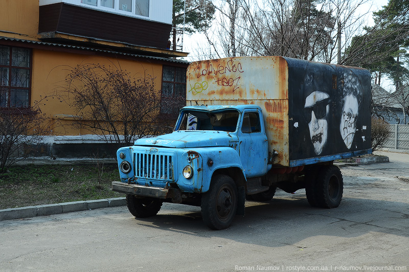 Убитый грузовик стоит прямо посреди дороги
