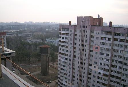 Південь. Цегляна вежа з дерев'яним верхом.